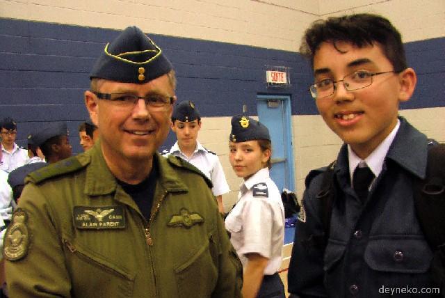 Командующий первой канадской авиа дивизией генерал майор Alain Parent жмет мне руку