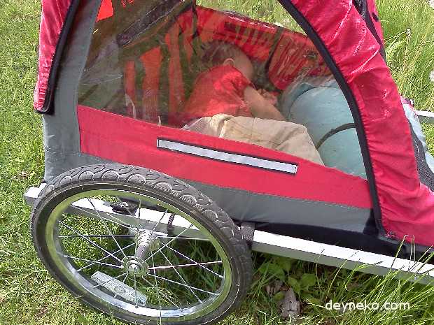 Child can safely sleep in the bike trailer