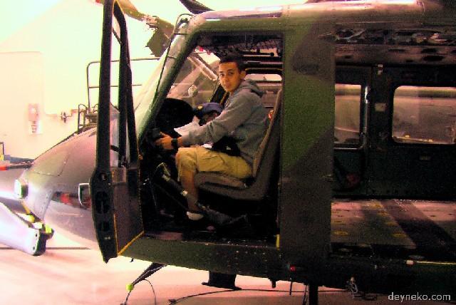 Un cadet pilote l'hélicoptère