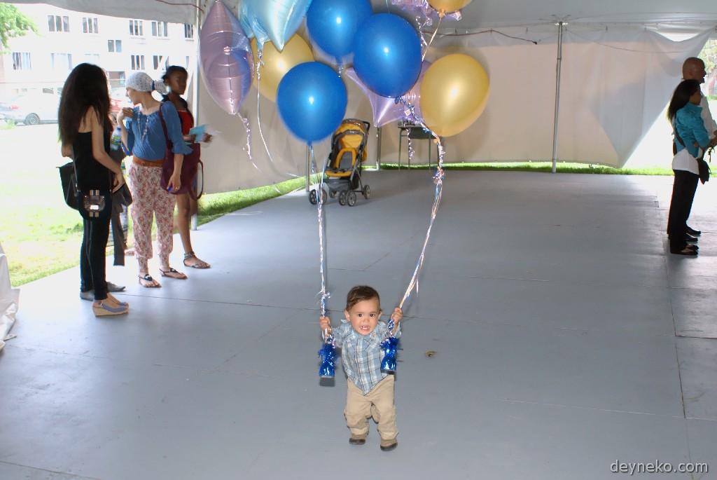 ребенку понравились шарики, украшавшие вход...