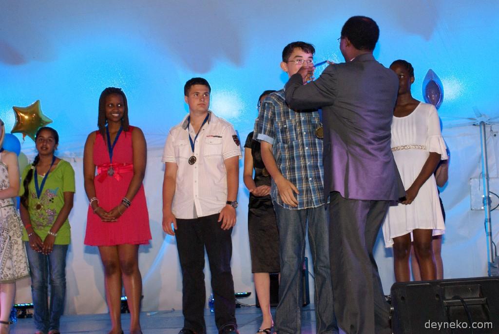 Алеша получает медаль за победу в конкурсе по математике