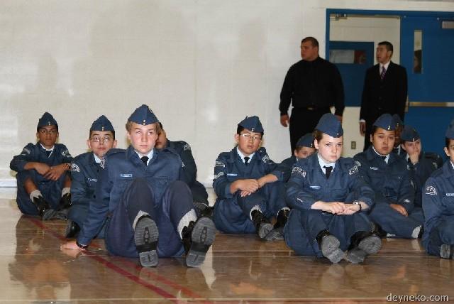 Les cadets sont assis a terre