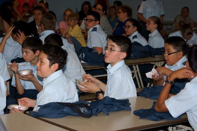 les cadets mangent du gateau
