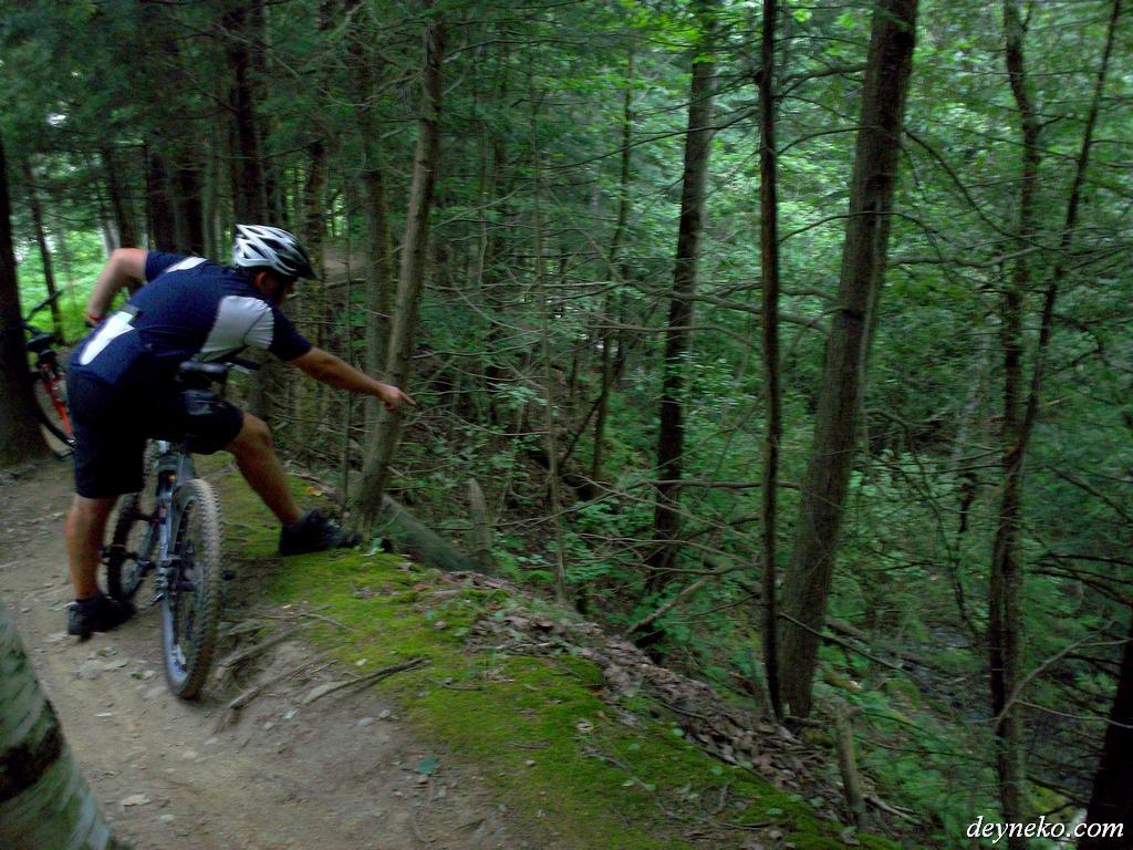 Un crêt a côté de la piste pour les vélos de montagne