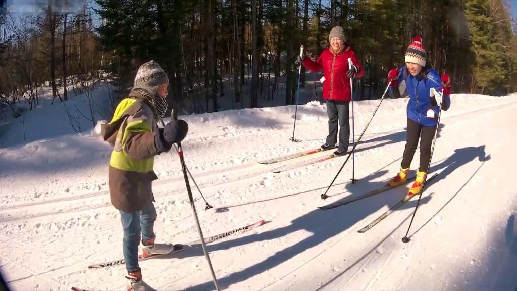 учиться коньковым ходом на лыжах