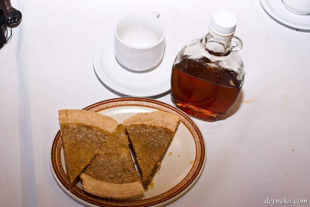 Сладкий, открытый пирог и угадайте, что рядом?