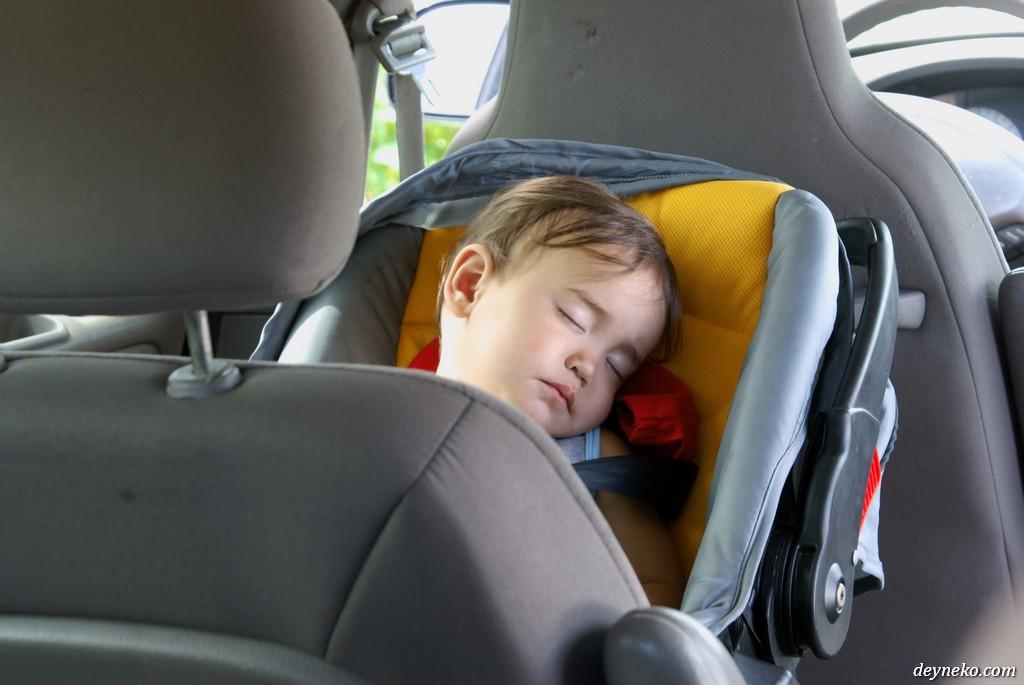 Ален спит в машине