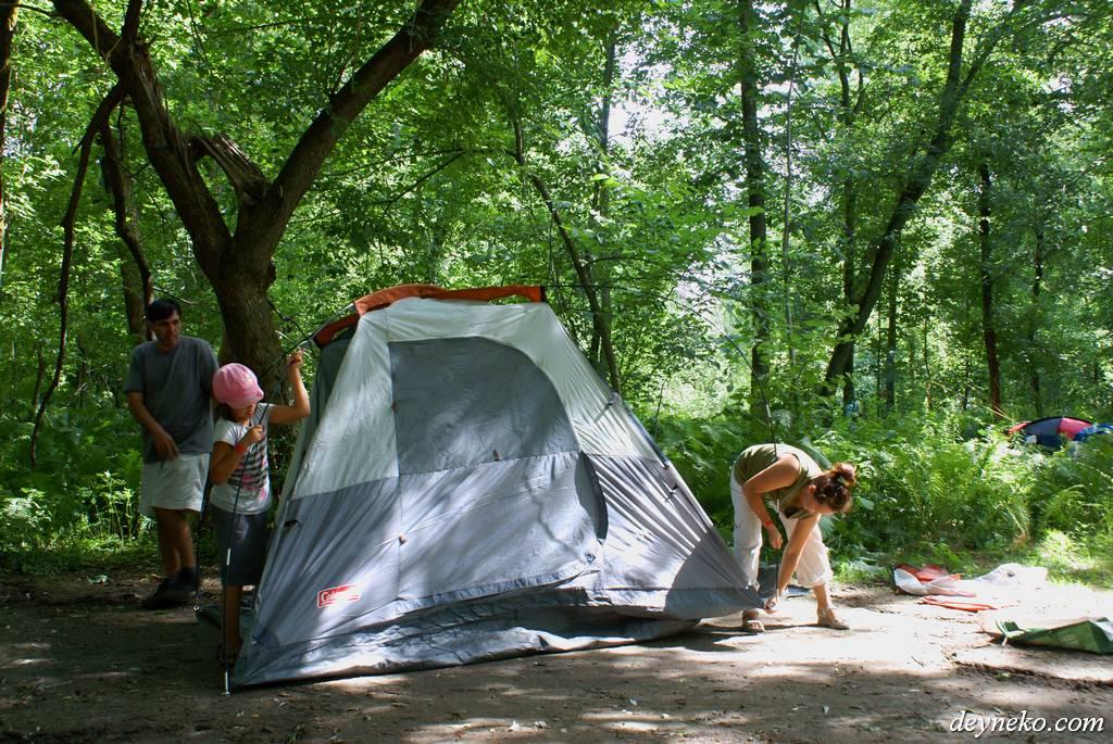 семья ставит палатку