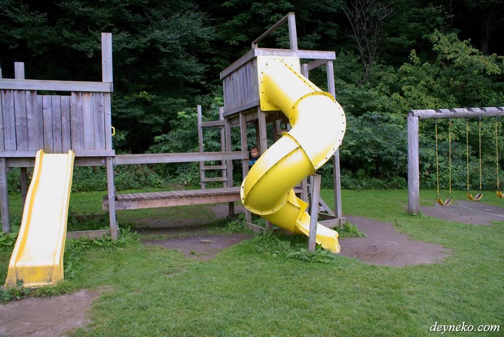 Детская площадка в канадском кемпинге