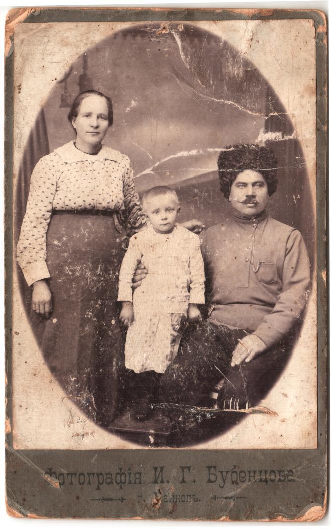 Нина Хмелева с родителями