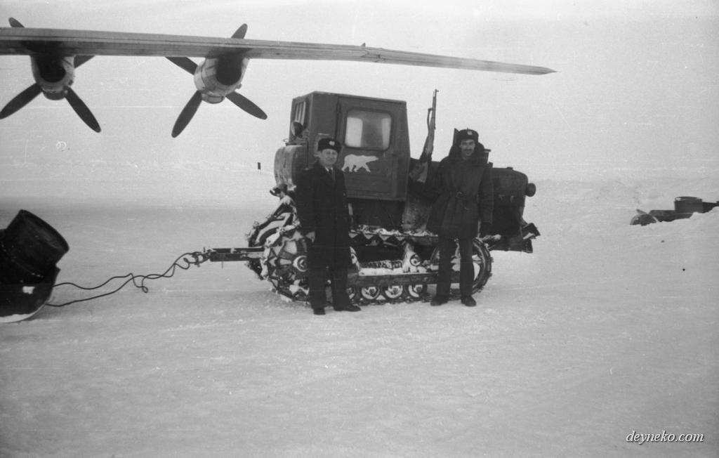 трактор на СП-22 дрейфующей станции Северный Полюс 22