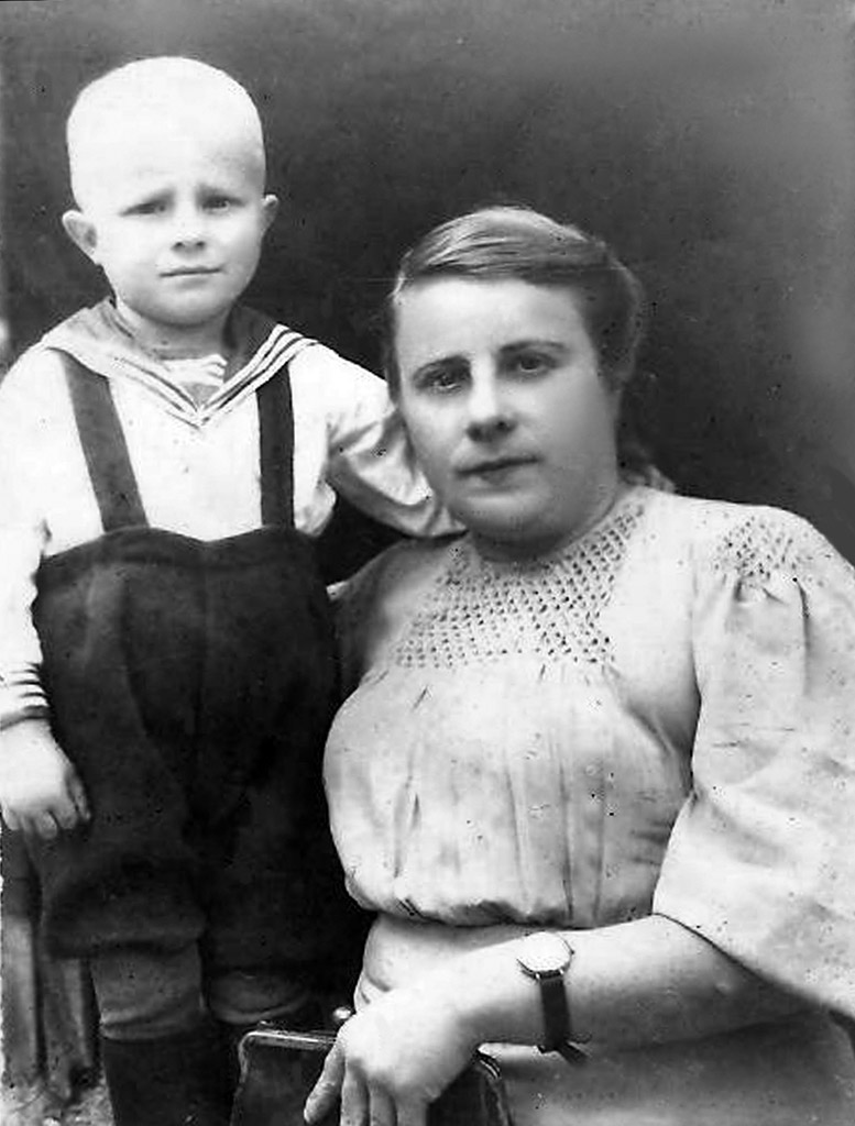 Нина Ивановна и ее сын Валентин (Алик)