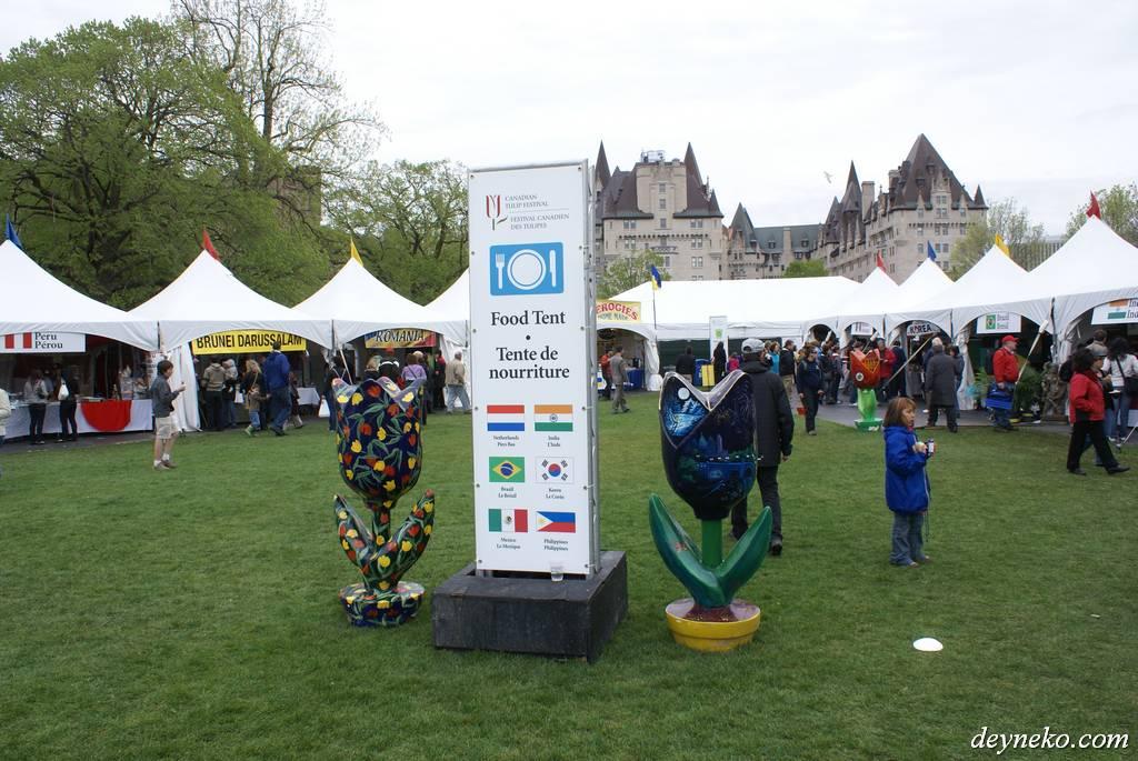 павильоны разных стран на фестивале тюльпанов в Канаде