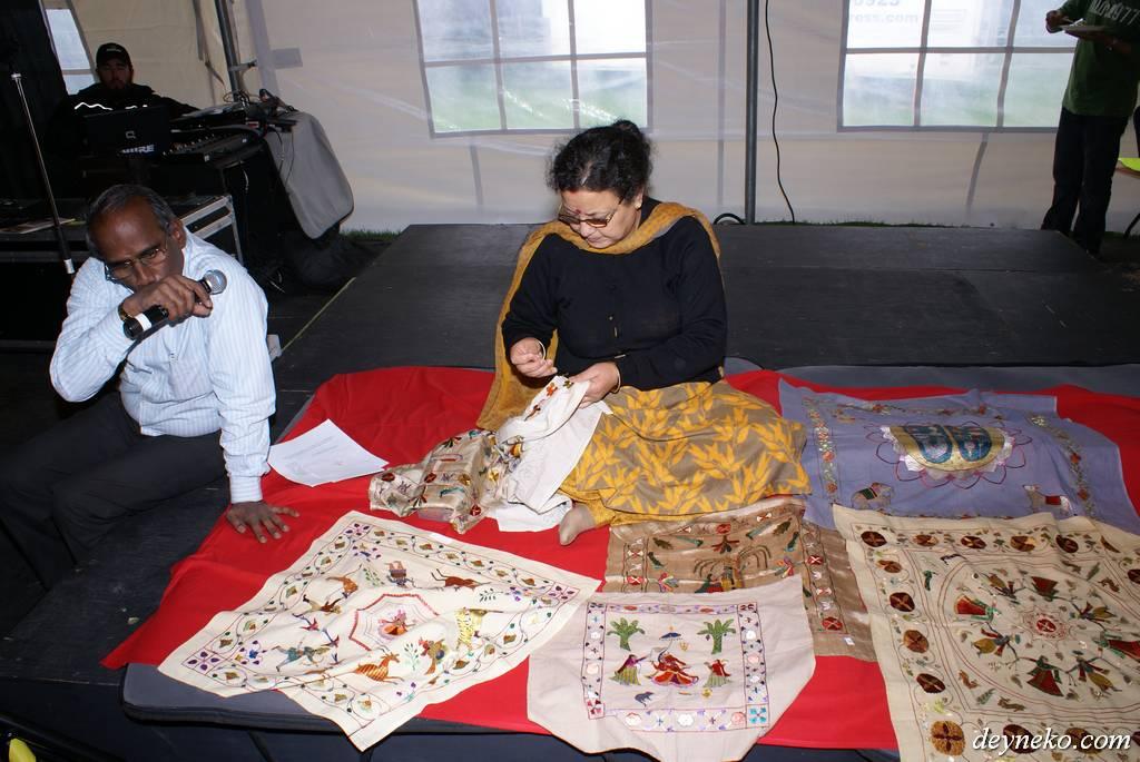 Женщина вышивает на фестивале