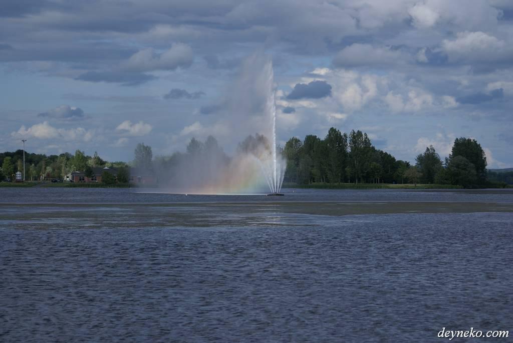 Фонтан на озере Bovin провинция Квебек