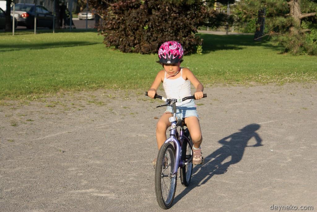 учится кататься на велосипеде