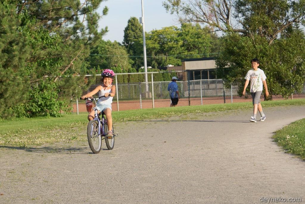 ребенок научился кататься на велосипеде