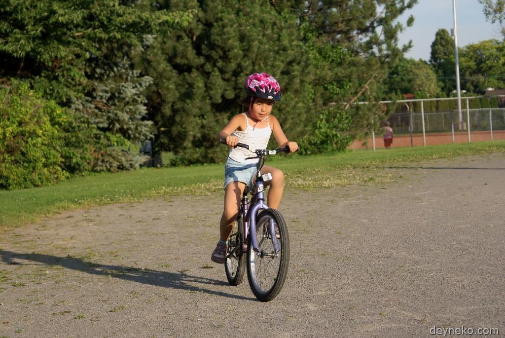 научилась ездить на велосипеде