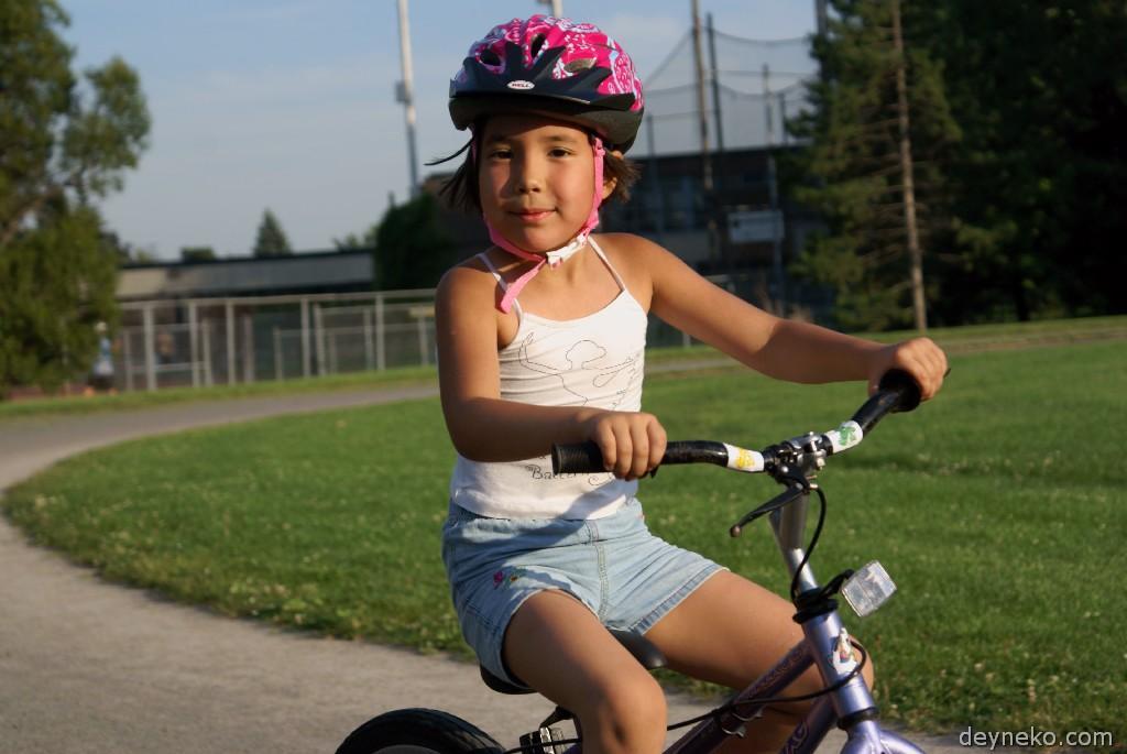Алиса уже умеет ездить на велосипеде!
